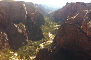 picture of the valley running through zion national park