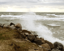 Bølger rammer sten på Bornholm