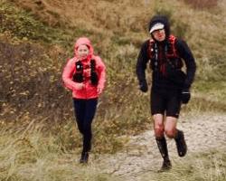 Pia Joan Sørensen og Jens Krieger Røyen i blæsevejr på vej mod Gudhjem