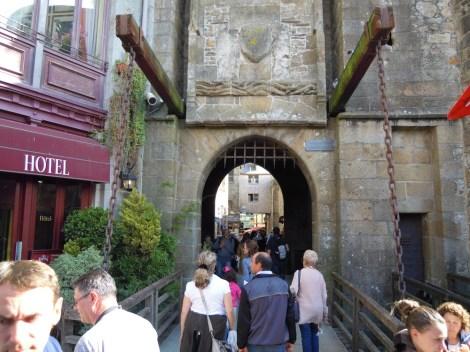 観光客でにぎわう入り口付近「王の門」