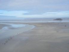 潮が引いた海でトレッキングツアー