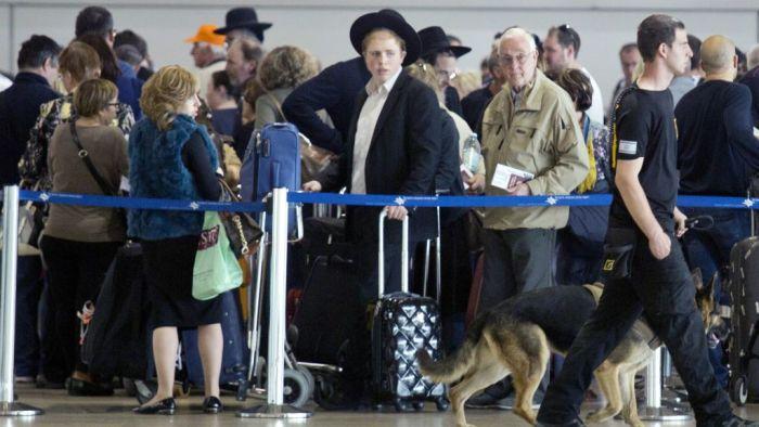 Long liens at the Tel Aviv airport
