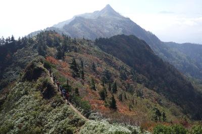 武尊山山頂から先、剣が峰山付近からの眺め。