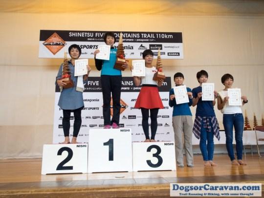 女子で表彰台に立った上位の6人。Photo by Koichi Iwasa of DogsorCaravan.com