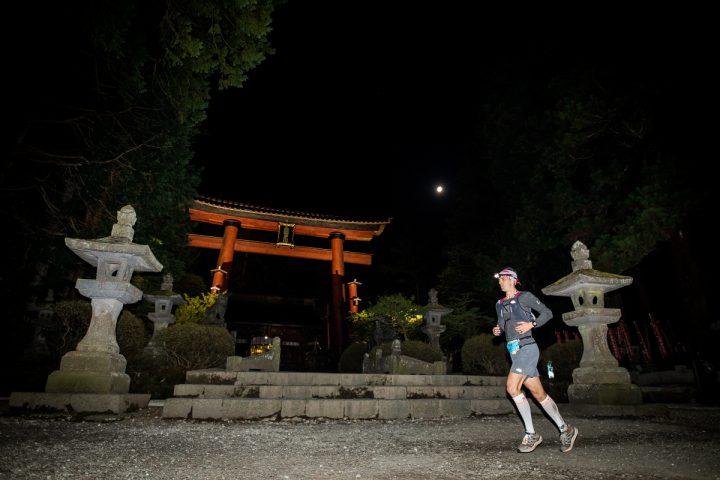 浅間神社参道を深夜に横切るディラン・ボウマン。Photo by Sho Fujimaki, courtesy of UTMF