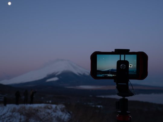 3月末とは思えない早朝の寒さの中、朝日が富士山に差し込むのを待ちます。