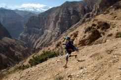 Mustang Trail Race: Sarah running past Samar, Nilgiri behind