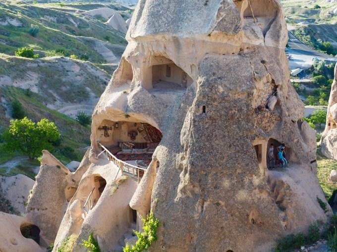 今でも使われている洞窟住居