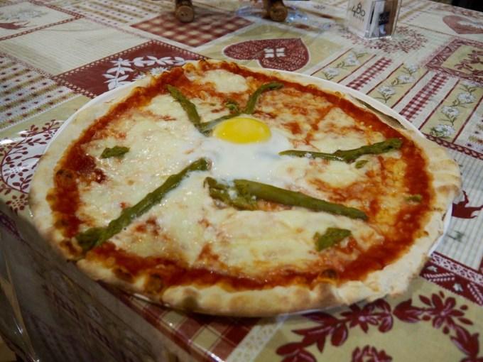 イタリア・フェレ谷のキャンプサイトCamping Grandes Jorassesで食べたピッツァ。クオリティ高し!