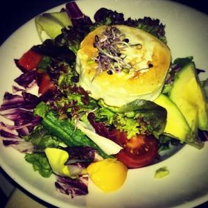 Letztens beim Trainee-Afterwork: Salat mit Ziegenkäse, Nüssen und Sprossen.