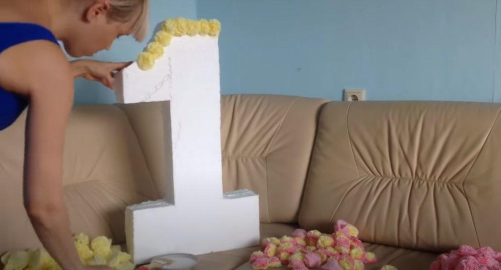 Compra el dígito de cartón a granel con flores de servilletas.