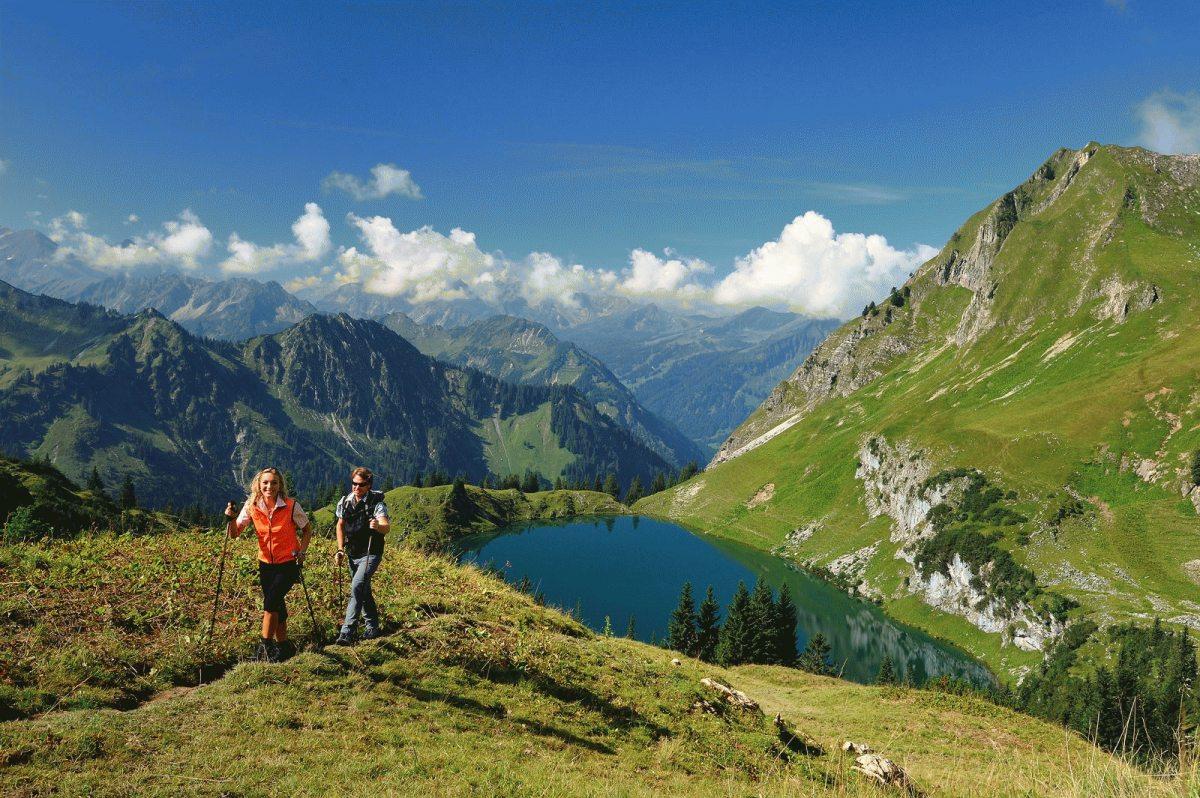"""Wanderer am Seealpsee / Nebelhorn, Bildrechte """"Tourismus Oberstdorf"""""""