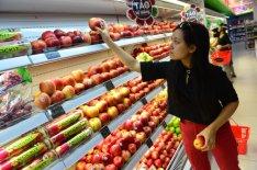 Trái cây nhp kh©u ngày càng a d¡ng vÛi nhiÁu th°¡ng hiÇu và quÑc gia khác nhau. Ng°Ýi tiêu dùng lña trái cây nhp t¡i cía hàng Chã PhÑ, Q. Phú Nhun, TP.HCM ¢nh: QUANG ÊNH