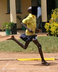 Ett kenyanskt barn som landar på framfoten