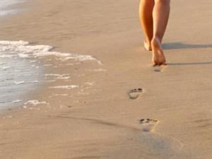 Att gå barfota är skönt och bra för fötterna