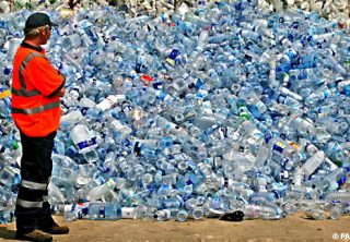 Många tomma vattenflaskor