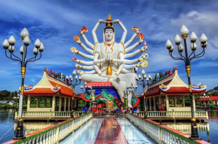 На Самуи хватает буддийских святынь, например, здесь есть статуя гигантского Будды с 18 руками