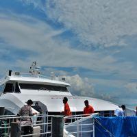チュンポンの埠頭から「ロンプラヤ社(Lomprayah High Speed Catamaran)」の高速カタマラン船に乗ってタオ島へ!!