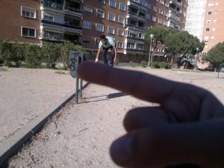 Oscar G. y Hans A. haciendo equilibrios o surf o algo así sobre un dedo