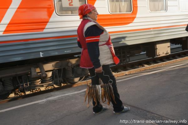 シベリア鉄道停車駅の売り子のおばさん画像