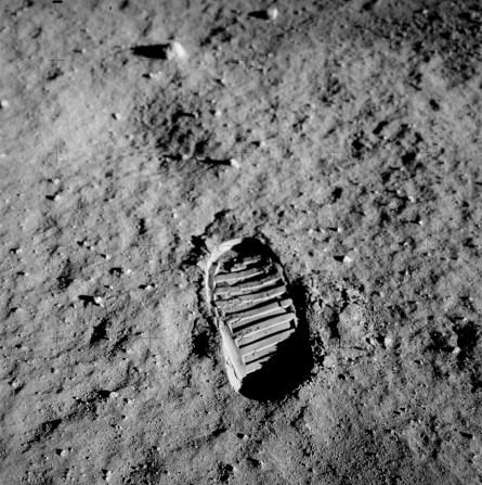 Eines der Fotos, die um die Welt gingen: Buzz Aldrin fotografierte auf dem Mond seinen eigenen Fußabdruck. Quelle: NASA [public domain]
