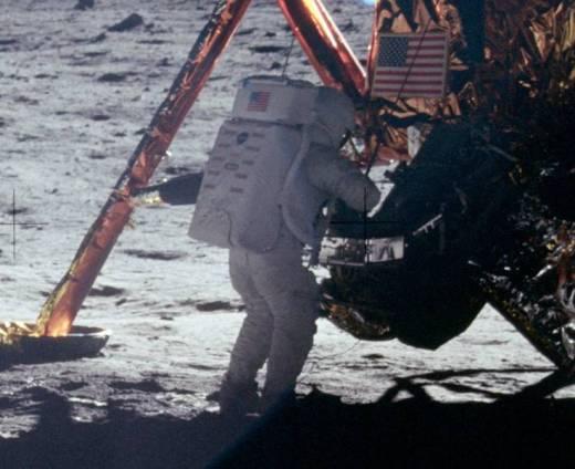 Eines der wenigen Fotos, das Neil Armstrong zeigt. Quelle: NASA [public domain]