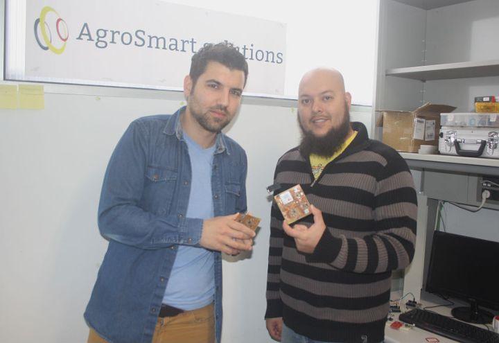 Los emprendedores de AgroSmart junto a las placas que están desarrollando