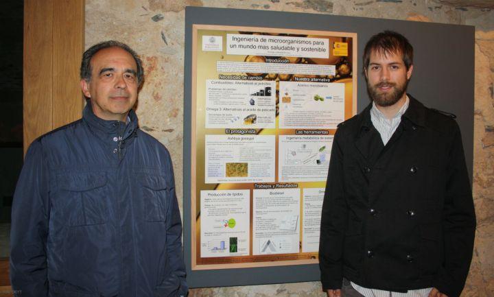 Rodrigo Ledesma (derecha), ganador en Ingeniería y Arquitectura, junto al póster y al líder de su grupo de investigación, José Luis Revuelta.