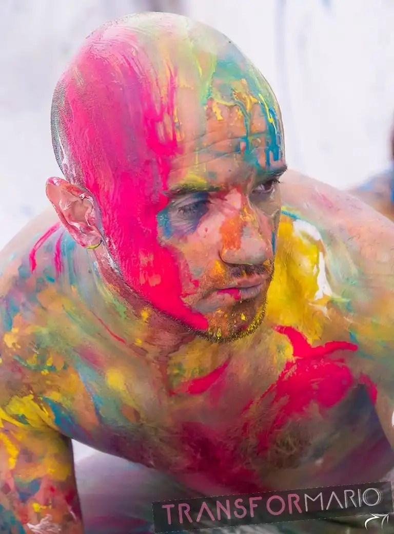 Actor multidisciplinar con cuerpo con pintura