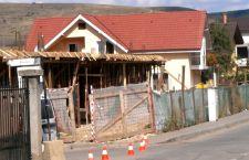 Haosul imobiliar continuă în cea mai mare comună din România. Un nou bloc între case