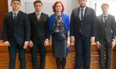 Studenții (de la stânga la drepta: Cristian Botu, Cristian Ioan, Călin Rus și Dorin Giurgi) alături de coach-ul echipei, Cristina Tomuleț (în mijloc) / Foto: arhiva personală
