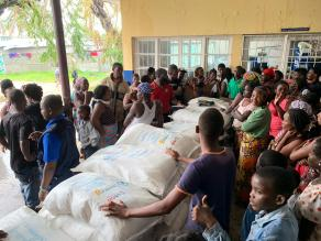 Food distribution today in Beira, here at this school turned into a shelter , 70 families received food from wfp. Most of them had to leave their homes because it was damaged by the cyclone (no more roof and flooded because of uninterrupted rain) WFP/Deborah Nguyen