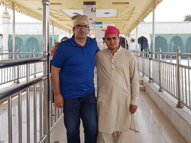 Shoaib Sulatan og Muahammad Sarwar foran gurdwaraen i Nankana Sahib. Foto: Privat.