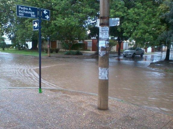 Calles inundadas en barrio San Fernando (Foto: @victorhm089)