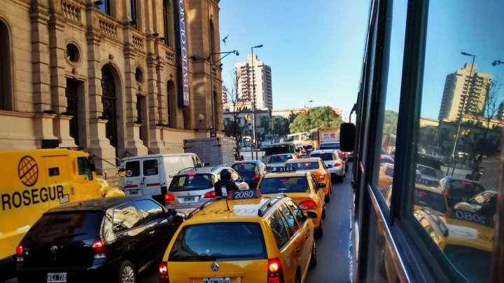 taxis amarillos en cordoba argentina tránsito en patio olmos shopping