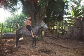 Der Besitzer der Fazenda präsentiert stolz sein Pferd.