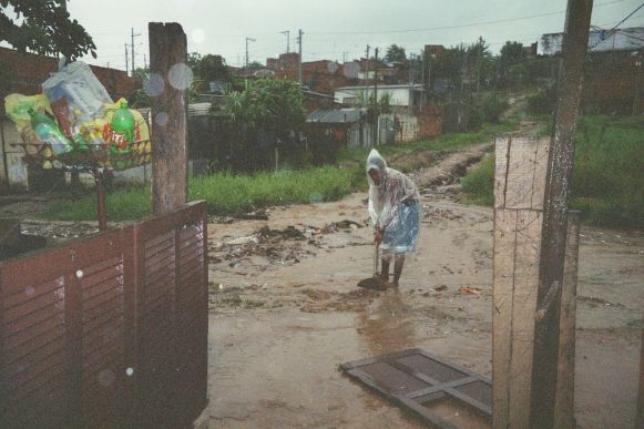 Eines der Kinder hat seinen Vater beim Kampf gegen die Wassermassen fotografiert.