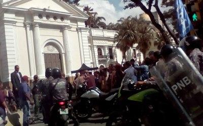 Funcionarios de la GNB impiden ingreso de Diputados a la Asamblea Nacional