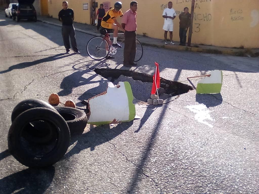 Colapso tuberia de aguas negras Av Gonzalo Picón. Comunicación Continua