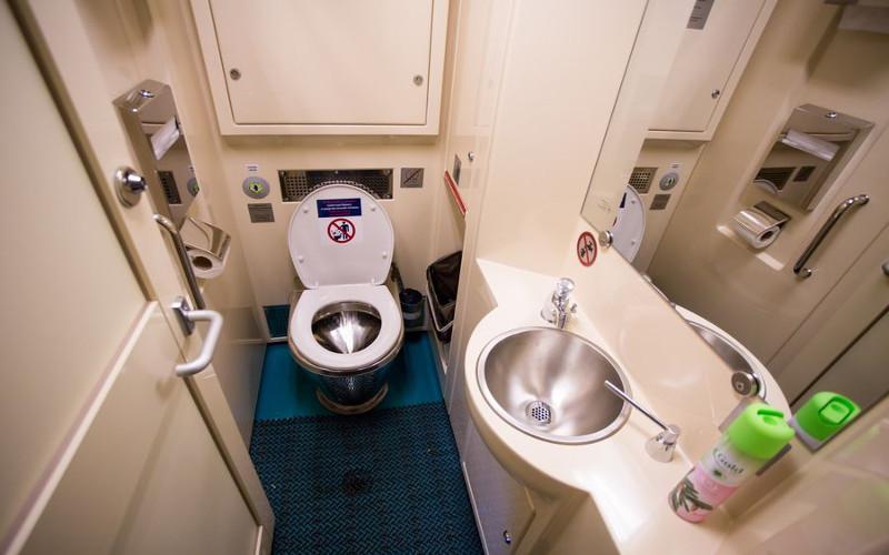 Toilette im russischen Firmenzug