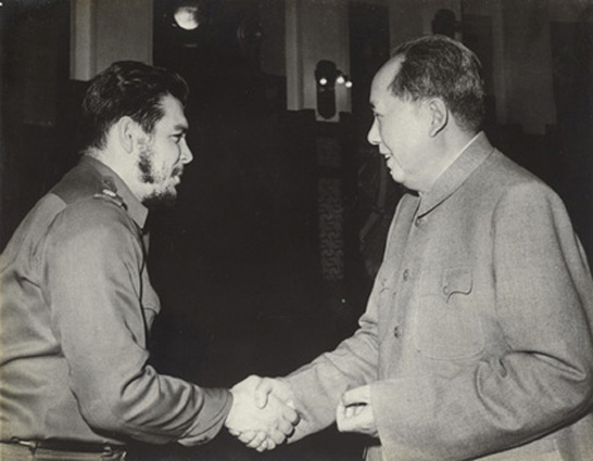 Mao Ce-tung és Che Guevara kezetfog, Sanghaj, 1960. Forrás: westlicht.com
