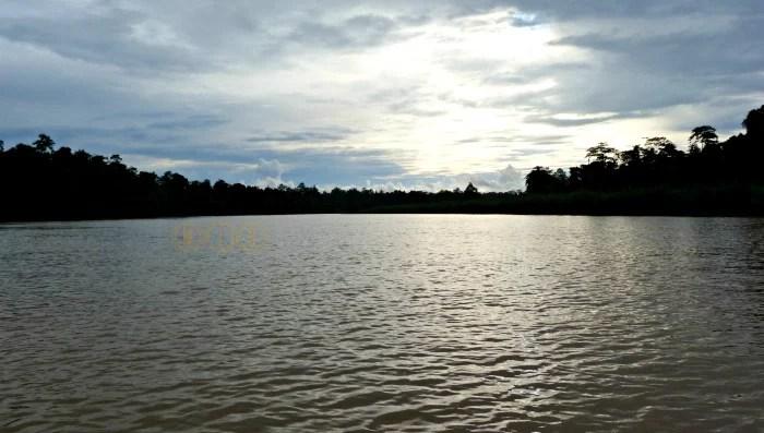 anochece en el río Kinabatangan