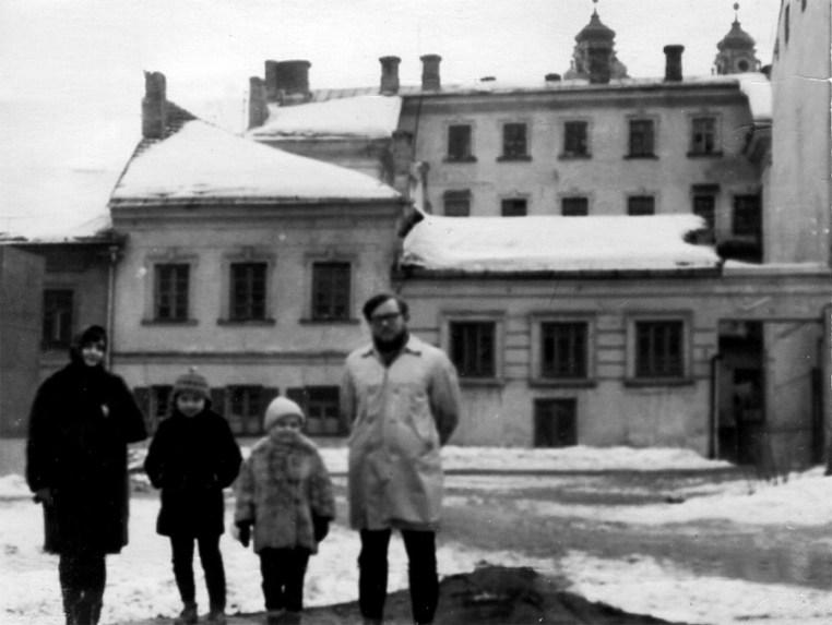 С мужем Виргилиюсом Чепайтисом и детьми Томасом и Марией. Вильнюс, ул. Лейиклос, 1967