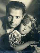 Илья Трауберг (дядя) с дочкой Викторией. 40-е