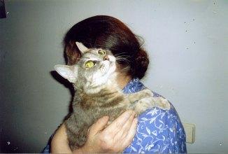 С кошкой Муркой. Москва, Фортунатовская, 2007. Фото Н.Романовой