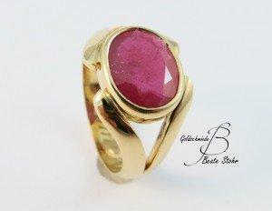 fertiger Ring aus Trauring mit Stein