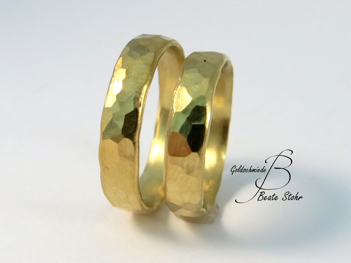 goldene geschmiedete Eheringe