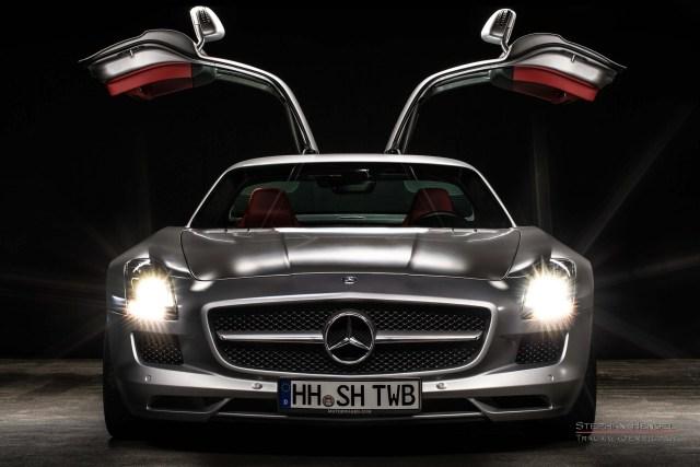 MERCEDES-BENZ SLS AMG, Studioaufnahme, tief frontal, Flügeltüren geöffnet. Autofotograf: Stephan Hensel, Hamburg