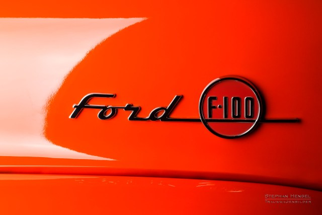 Ford F100, Pick-Up Truck, Emblem auf Motorhaube links. Autofotografie: Stephan Hensel, Hamburg, Oldtimerfotograf, Oldtimerfotografie