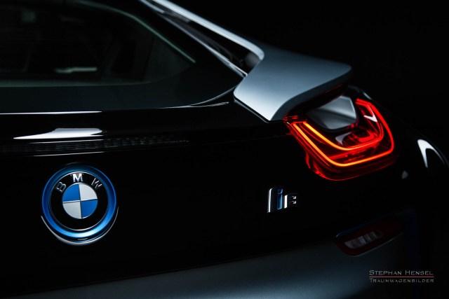 BMW i8, Detailansicht vom Heck mit BMW-Emblem und Rückleuchte, Automobilfotograf: Stephan Hensel, Hamburg